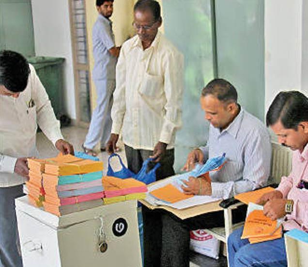 निवडणुकीसाठी शनिवारी दिवसभर कर्मचाऱ्यांची अशी तयारी सुरु होती. - Divya Marathi