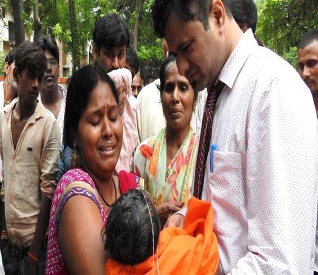 ऊत्तर प्रदेशमधील गोरखपूरच्या रुग्णालयात ऑक्सिजनच्या अभावी जवळपास 70 बालकांचा मृत्यू झाला आहे. - Divya Marathi