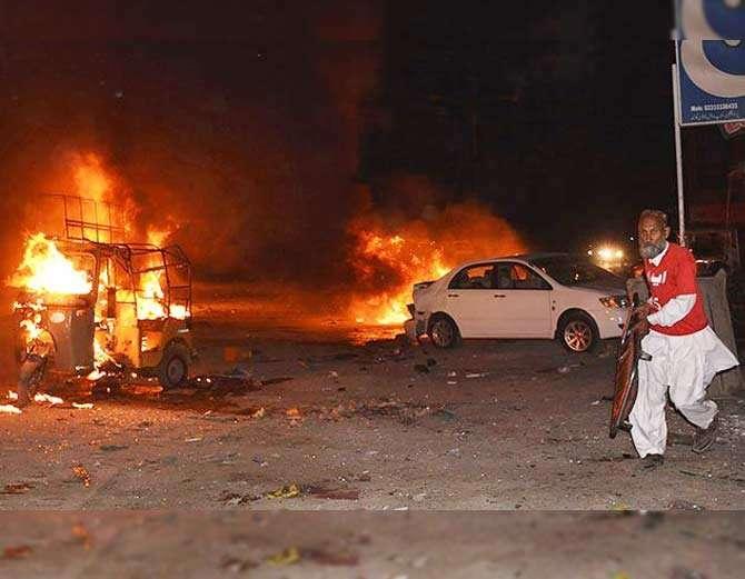 स्फोटामुळे लागलेल्या आगीत अनेक वाहने जळून खाक झाली. - Divya Marathi