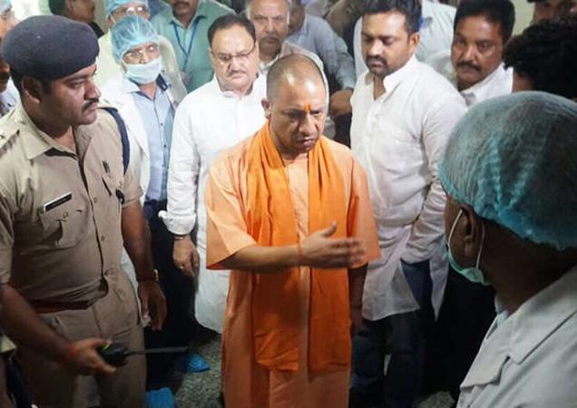 योगी आदित्यनाथ यांनी रुगणालयात येताच 2 आरोग्य अधिकाऱ्यांचे तडकाफडकी निलंबन केले. - Divya Marathi