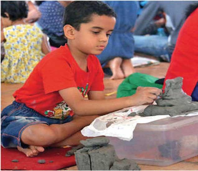 शहरातील कार्यशाळांमध्ये मुले शाडू मातीपासून गणेशमूर्ती तयार करण्यात असे गढून गेले हाेते. - Divya Marathi