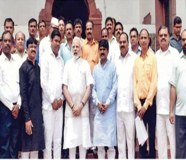 नवी दिल्ली येथे पंतप्रधान नरेंद्र माेदी यांच्या भेटीप्रसंगी खासदार हेमंत गाेडसे मुद्रणालय मजदूर संघाच्या पदाधिकाऱ्यांचे शिष्टमंडळ. - Divya Marathi