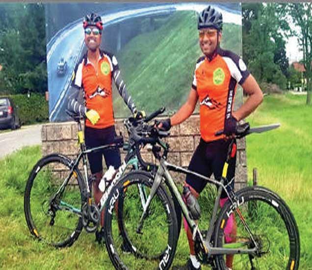 रेस अाॅस्ट्रिया पूर्ण करणारे सायकलपटू दर्शन दुबे अाणि भारत पन्नू. - Divya Marathi