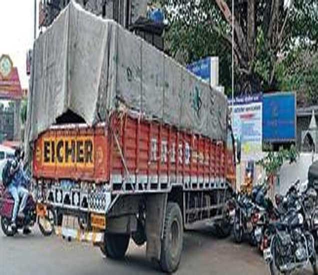 कारवाई दरम्यान पोलिसांनी जप्त केलेला ट्रक. - Divya Marathi