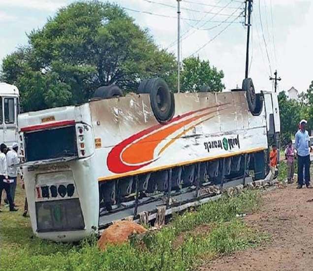 ढोकेश्वर टाकळी बायपास चौकात अपघात झालेली खासगी आराम बस. - Divya Marathi