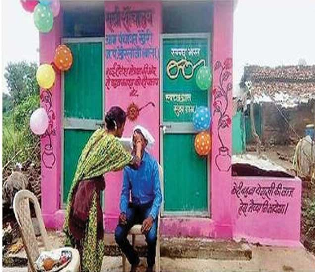 शौचालय बांधून देणाऱ्या शैलेशला ओवाळताना अनाथ बहीण. - Divya Marathi