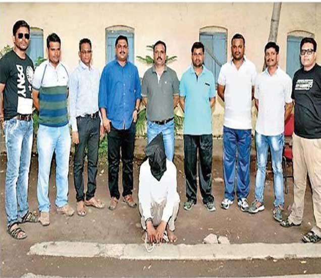 कुख्यात गुन्हेगार सुधीर काळे याच्यासह पोलिस अधिकारी, कर्मचारी. - Divya Marathi