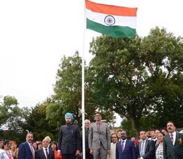 इंग्लंडमध्ये ध्वजवंदन करतांना भारतीय उच्चायुक्त. - Divya Marathi