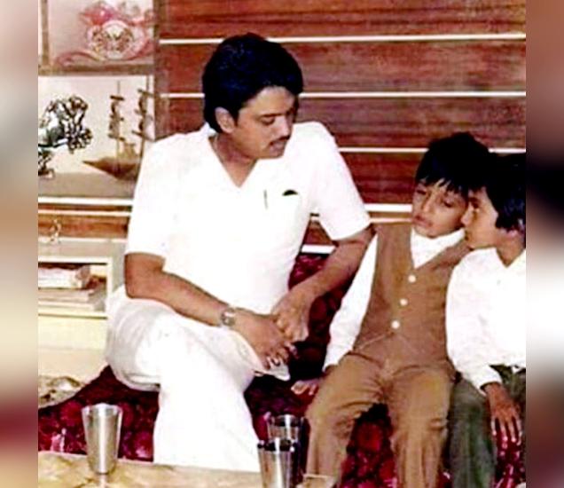 विलासराव देशमुख आणि बालपणातील रितेश सोबत रितेशचा भाऊ. - Divya Marathi