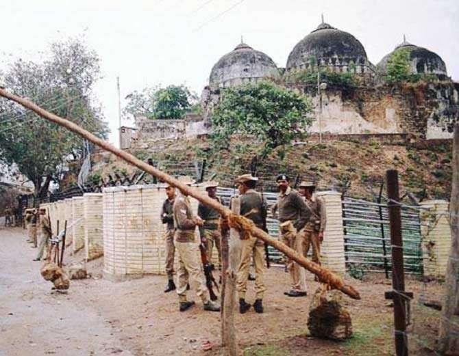 शिया वक्फ बोर्डाने 8 ऑगस्ट रोजी सुप्रीम कोर्टात सांगितले होते की, मशिद विवादास्पद जागेपासून काही अंतरावर मुस्लिमबहूल भागात बांधता येऊ शकते. - Divya Marathi