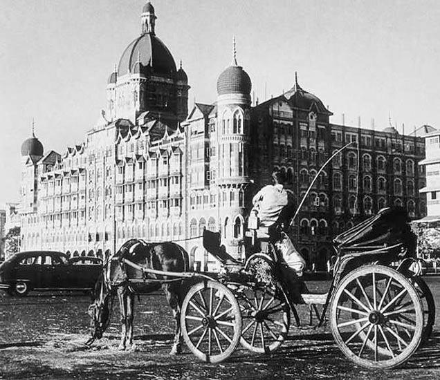 ताज हॉटेलबाहेर उभा असलेला टांगा. - Divya Marathi