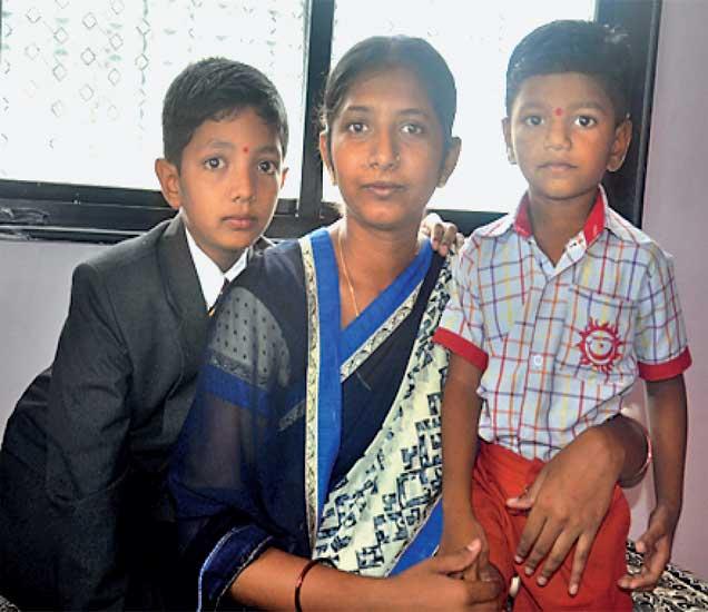 रेखा वाघ यांच्या पतीला वीरमरण आले. आता त्या दोन मुलांना वाढवण्याचा एकाकी झगडा देत आहेत. - Divya Marathi