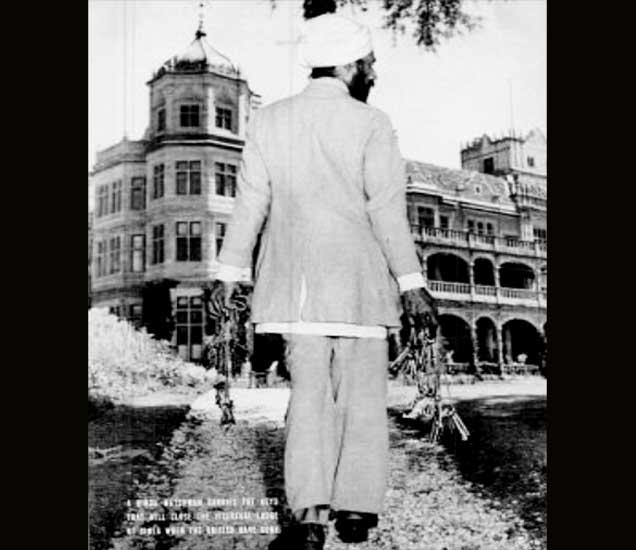 भारताला स्वातंत्र्य मिळाल्यानंतर शिमला येथील ब्रिटिशांचे  व्हाइसरिगल लॉज बंद करण्यासाठी किल्ल्या आणि कुलूप घेऊन जाताना चौकीदार. - Divya Marathi