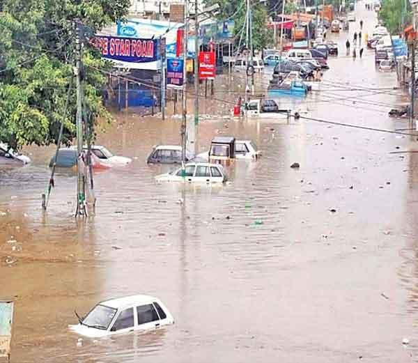 मुसळधार पावसामुळे कराचीतील बहुतांश भाग पाण्याखाली गेले आहेत. - Divya Marathi
