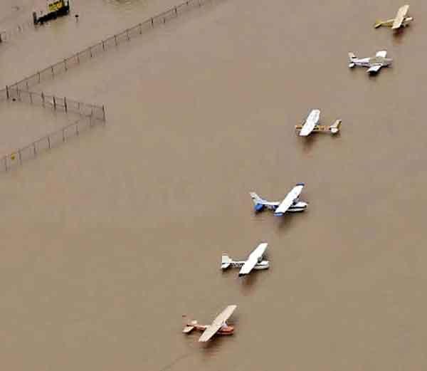 ह्यूस्टन एयरपोर्ट असे पाण्यात गेले आहे. - Divya Marathi