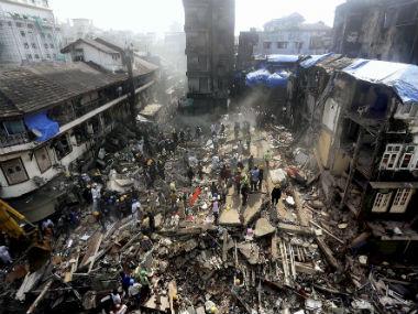दक्षिण मुंबईतील भेंडीबाजार येथील पाकमोडिया स्ट्रीटवरची हुसेनी ही 6 मजली इमारत गुरुवारी सकाळी साडेआठ वाजता कोसळली. - Divya Marathi