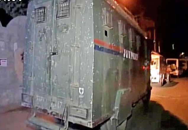 पंथा चौकात याच बसवर दहशतवाद्यांनी हल्ला केला. - Divya Marathi