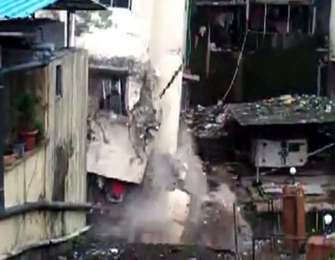 ठाण्यात 2013 मध्ये कोसळलेल्या इमारतीचा हा व्हिडिओ असल्याचे सांगण्यात येत आहे. - Divya Marathi
