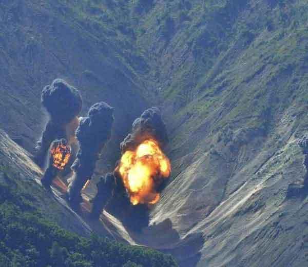 अमेरिका आणि दक्षिण कोरियाने गुरूवारी संयुक्त लाईव्ह ड्रिल दरम्यान उत्तर कोरियाच्या सीमेवर बॉम्ब फोडून हुकुमशहा किम जोंग उनला इशारा दिला आहे. - Divya Marathi