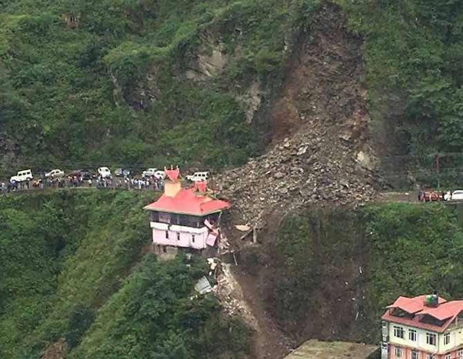 डोंगराचा जवळपास 200 फूट भाग कोसळला आहे. - Divya Marathi