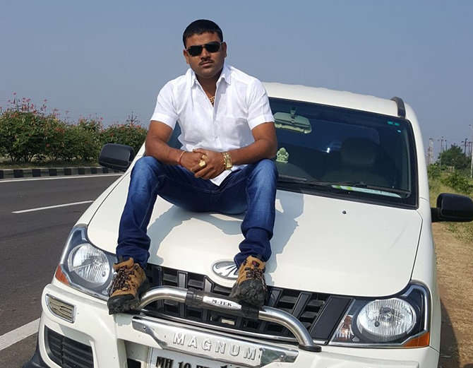 तेजसजवळ अनेक लक्झरी वाहने आहेत. - Divya Marathi