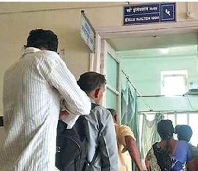 जिल्हा रुग्णालयात स्त्री इंजेक्शन कक्ष लिहिलेल्या खोलीत पुरुष महिला एकाचवेळी रांगा लावतात. - Divya Marathi