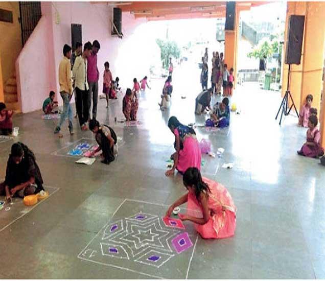 वालवडला मंडळाने घेतलेल्या स्पर्धेत मुलींनी सुरेख रांगोळ्या साकारल्या. - Divya Marathi