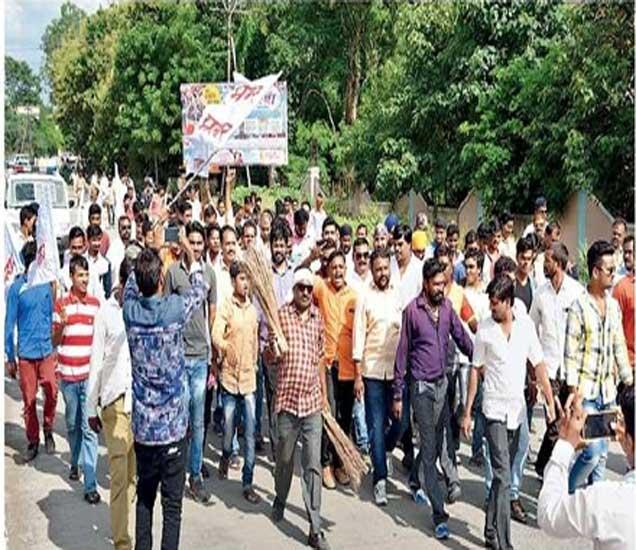 सर्वोपचार रुग्णालय, शासकीय वैद्यकीय महाविद्यालयाकडे निघालेले प्रहार जनशक्ती पक्षाचे पदाधिकारी. - Divya Marathi