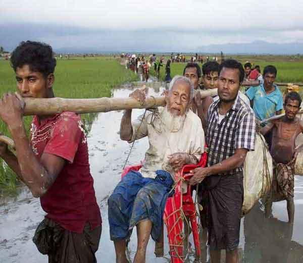 म्यानमारमधून बांगलादेशात पळून जाताना रोहिंग्या मुस्लिम... - Divya Marathi