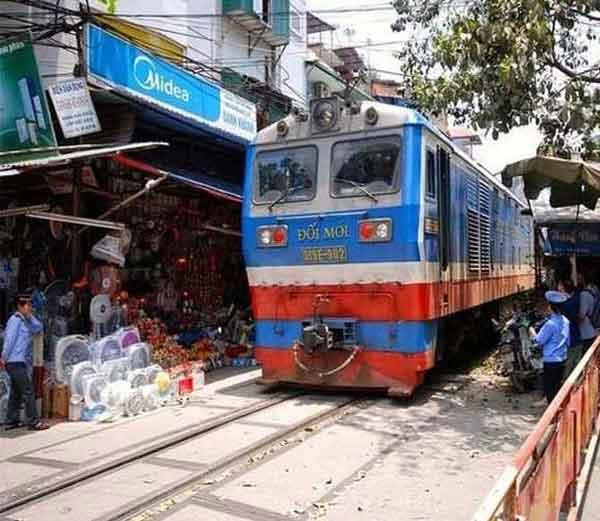 वियतनाममधील लाँग बीन ब्रिजकडे जाणारा रेल्वे रूट... - Divya Marathi