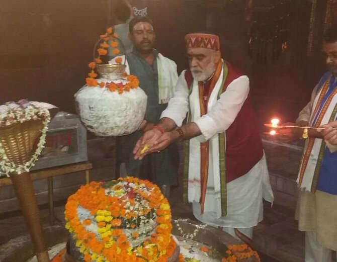 शिवपिंडीची पूजा करताना अश्विनी चौबे. - Divya Marathi