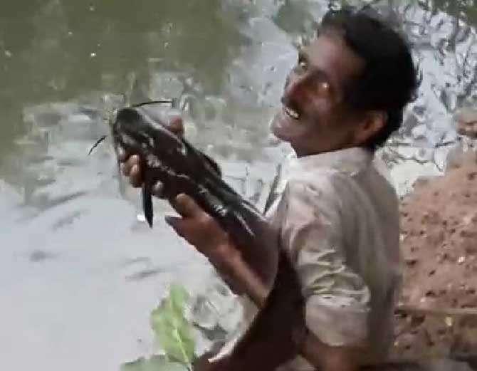शेतकरी असणाऱ्या प्रकाश पाटील आणि मासा यांच्या मैत्रीची चर्चा सध्या सांगलीत सुरु आहे. - Divya Marathi
