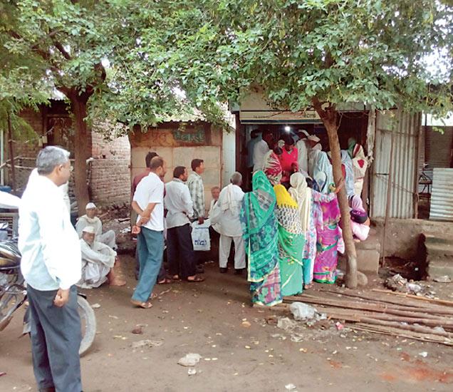 लखनऊत राहणाऱ्या दोन, रायबरेली आणि प्रतापगढमध्ये राहणारे प्रत्येकी एक आणि गुजरात, कर्नाटक, तेलंगणामधील ७ ते १० शेतकऱ्यांनी कर्जमाफीसाठी अर्ज केला आहे. - Divya Marathi