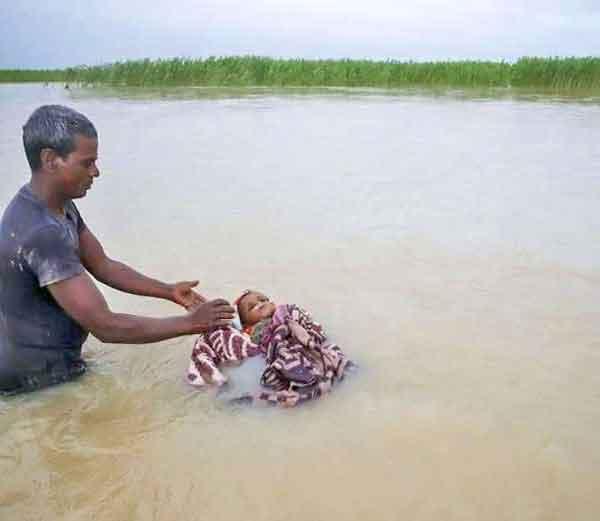 नेपाळमधील कोशी नदीत मुलावर अंत्यसंस्कार करताना एक पिता... - Divya Marathi