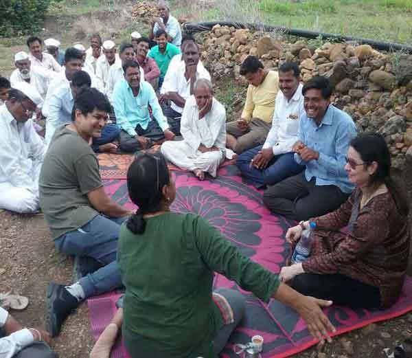 शेतकऱ्यांशी संवाद साधताना अंजली.... - Divya Marathi