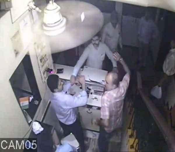 कॅश काऊंटरवर मॅनेजरला मारहाण करताना पोलिस कर्मचारी... - Divya Marathi