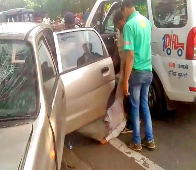 कारमध्ये मागच्या सीटवर बसलेले कपल अश्लील चाळे करत होते. - Divya Marathi