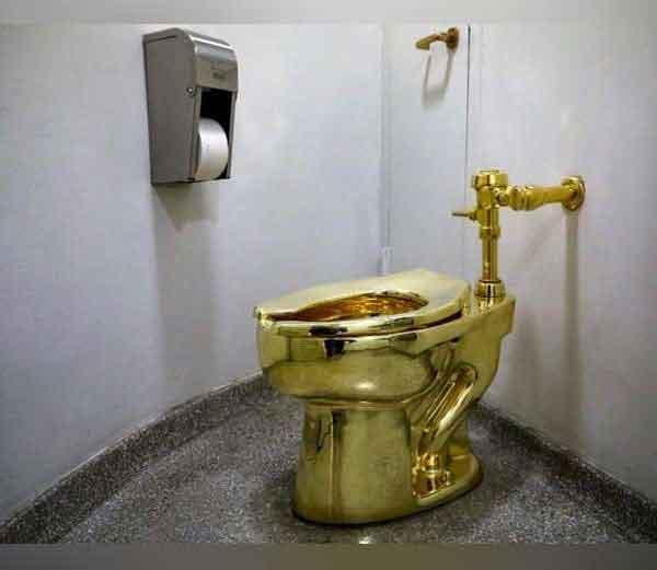 न्यूयॉर्क स्थित गुग्गेनहाईम म्यूझियममध्ये ठेवलेल्या गोल्डन टॉयलेटला इटलीतील आर्टिस्ट मॉरिजियो कॅटेलेनने बनविले आहे. - Divya Marathi