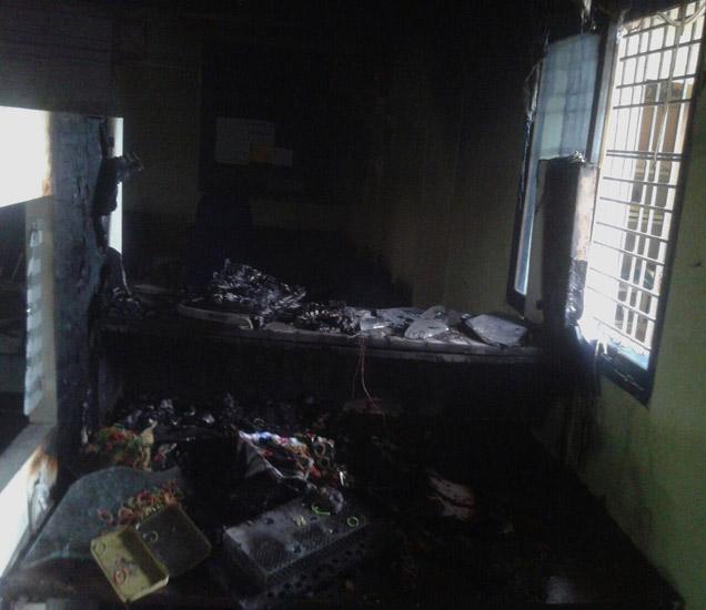 वणी तालुक्यातील कायर येथील SBIच्या शाखेला शॉटसर्कीटमुळे आग लागल्याची घटना सकाळी 9 वाजता घडली. - Divya Marathi