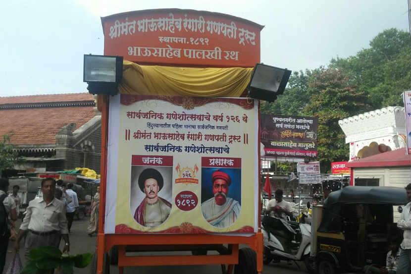 श्रीमंत भाऊसाहेब रंगारी सार्वजनिक गणेशोत्सव मंडळाने लावलेला फलक. - Divya Marathi
