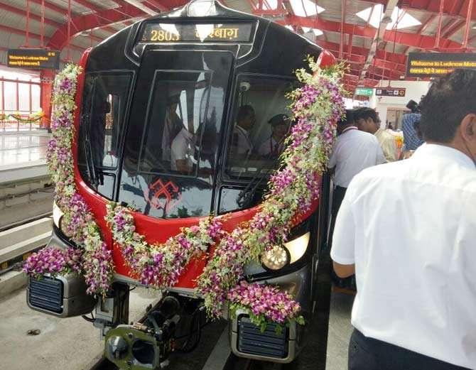 योगी आदित्यनाथ यांनी मेट्रोचे उद्घाटन केले, बुधवारपासून मेट्रो सर्वसामान्यांना घेऊन धावणार. - Divya Marathi