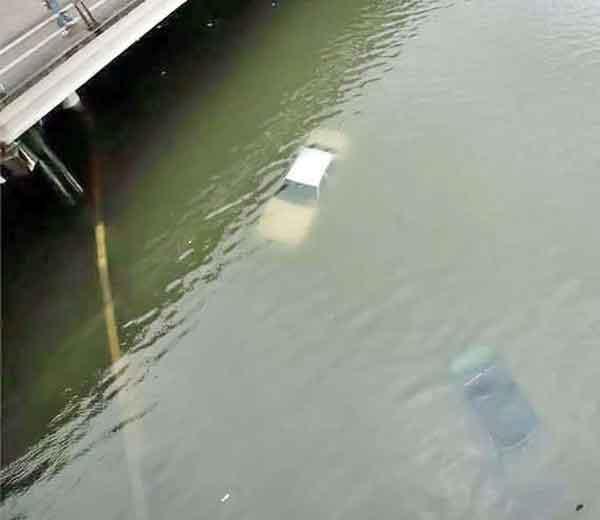 ह्यूस्टन शहरात मागील चार-पाच दिवसात पाण्यात अंदाजे 10 लाख कार्स डुबल्या आहेत. - Divya Marathi