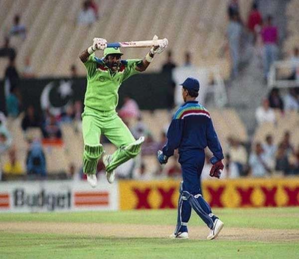 किरण मोरेंनी यष्टीमागे कमेंट्स पास केल्यानंतर चिडलेल्या जावेद मियांदादने विजय मिळवताच मोरेसमोर अशा माकडउड्या मारल्या होत्या. ही घटना 1992 मधील विश्वकरंडक स्पर्धेतील आहे. पाकिस्तानने एकदाच व तोही 1992 मध्ये विश्वकरंडक जिंकला आहे. - Divya Marathi