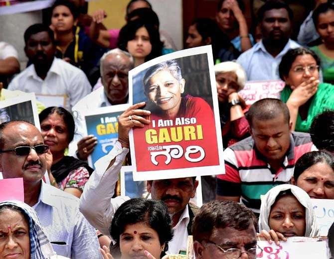 गौरी लंकेश यांच्या हत्येच्या निषेधार्थ कर्नाटमध्ये लोक रस्त्यावर उतरले आहेत. - Divya Marathi