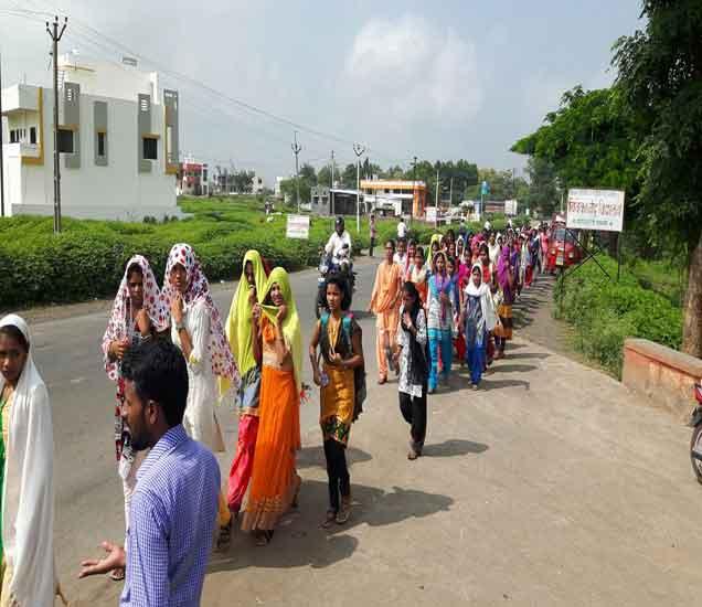 आदिवासी मुलींनी काढलेला मोर्चा. - Divya Marathi