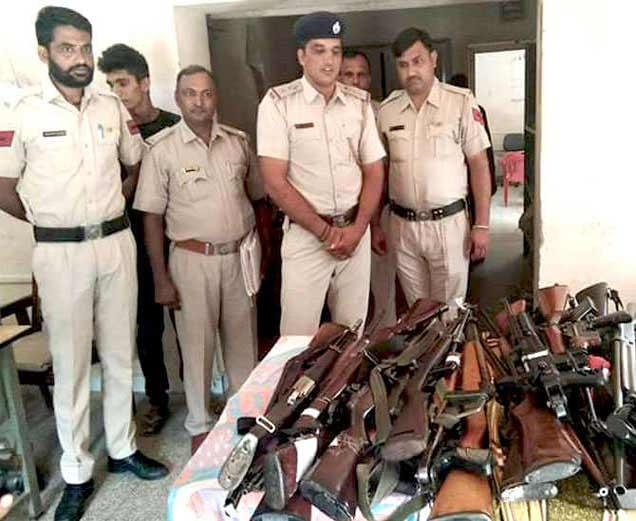 जप्त केलेल्या हत्यारांसह पोलिस. - Divya Marathi