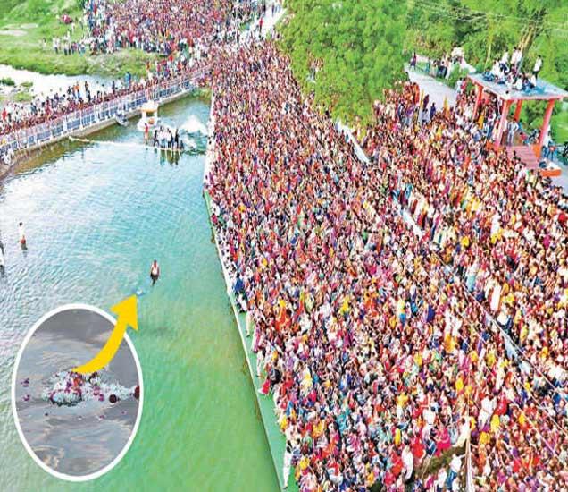 भगवान नृसिंहाची मूर्ती तरंगताना पाहण्यासाठी जमलेला भक्त समुदाय. - Divya Marathi