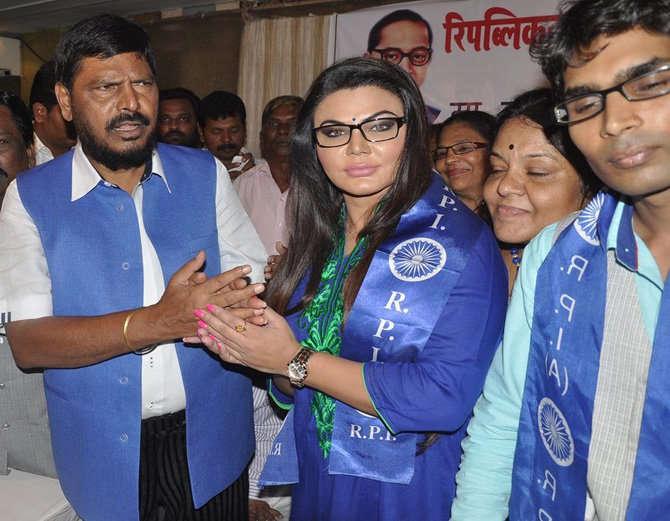 रामदास आठवले यांच्या पक्षात अभिनेत्री राखी सावंतनेही प्रवेश केला होता. - Divya Marathi
