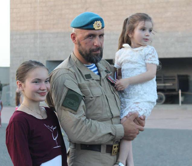 रशियाचा भाडोत्री सैनिक आपल्या पत्नी आणि मुलीसोबत... - Divya Marathi