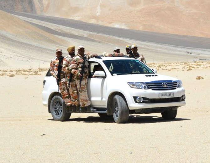 मागील वर्षी ITBP ला भारत-चीन सीमेवर पेट्रोलिंगसाठी SUVs देण्यात आल्या. - Divya Marathi